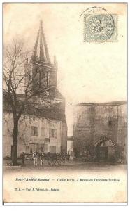 Carte postale du porche et de l'église de Pont l'Abbé d'Arnoult
