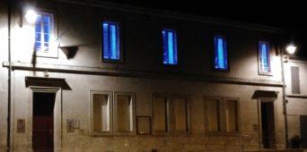Journée mondiale de l'Autisme : photos de la mairie en bleu et de la salle des fêtes